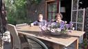 Ook buiten op het terras en in de fraaie tuin bij Ofra en Jörg Harting is het heerlijk toeven.