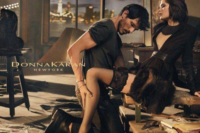 Een opvallend sensuele reclame van Donna Karans gelijknamige modemerk