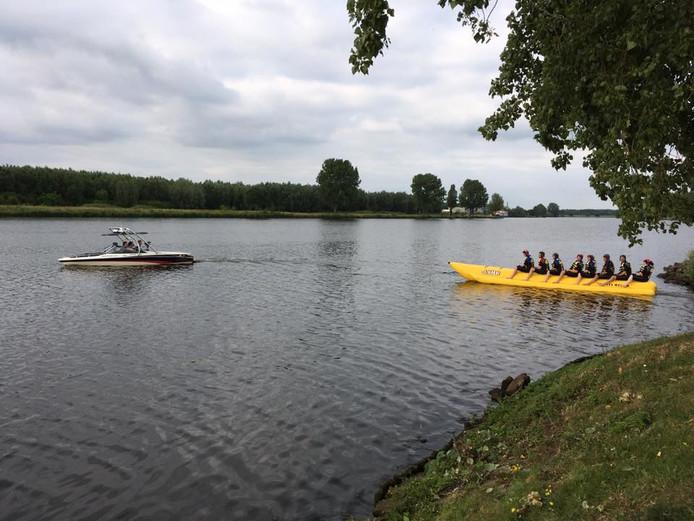 Deelnemers van Wie is het Mulleke moesten in de Maas blijven zitten op de banaan.