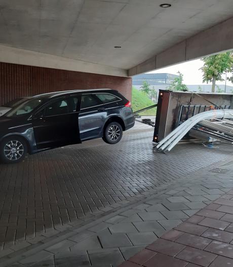 Aanhanger omgevallen na botsing met het berucht lage viaduct van de Oversteek