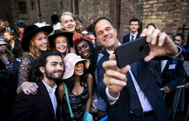 Premier Mark Rutte eerder dit jaar met toeristen op het Binnenhof voor aanvang van de ministerraad.  Beeld ANP
