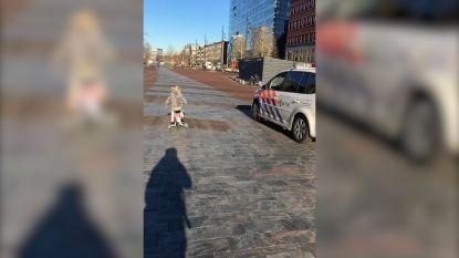 VIDEO. Pomme (3) wint wedstrijdje tegen politiewagen