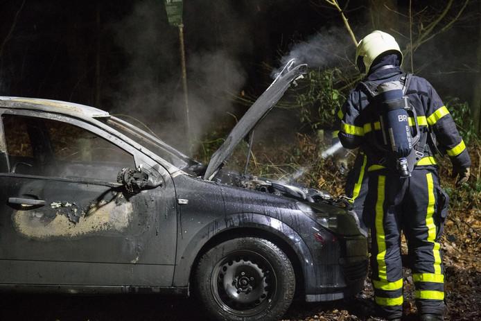 De brandweer rukte uit voor een autobrand in Hoeven.