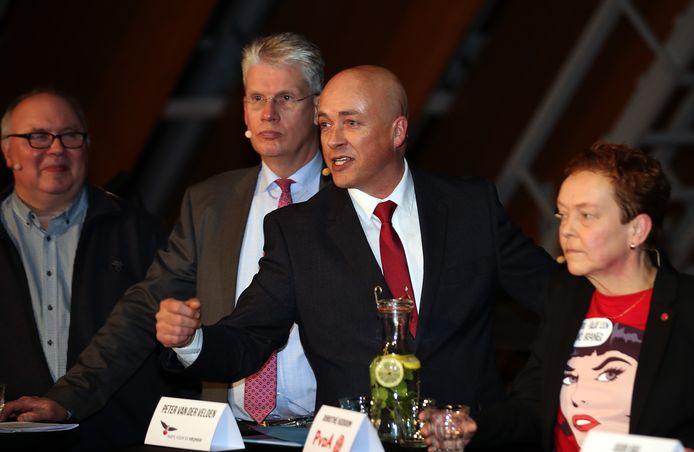 Peter van der Velden (zwarte jas) heeft aangifte gedaan van huisvredebreuk tegen burgemeester Foort van Oosten.