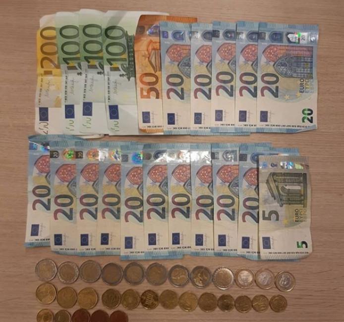 De jongen kon niet verklaren hoe hij aan bijna 900 euro contant geld kwam.