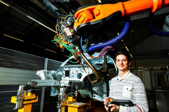 Een werknemer van VDL Steelweld in Breda.
