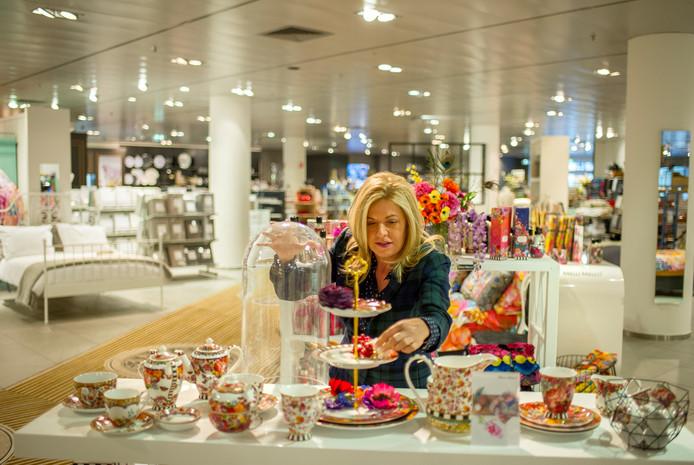 Inge van Kemenade schikt de bonbons op de etagère in de Topshelf in Arnhem.