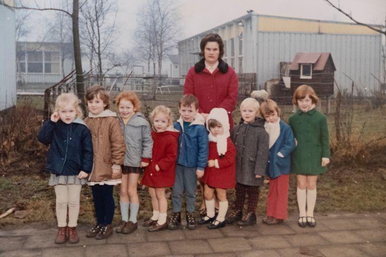 Juf Julia met haar eerste klasje in Gooreind in 1969.