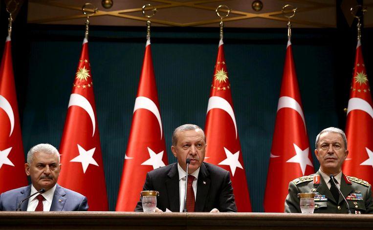 (v.l.n.r.) De Turkse premier Binali Yildirim, president Recep Tayyip Erdogan en generaal Hulusi Akar. Beeld anp