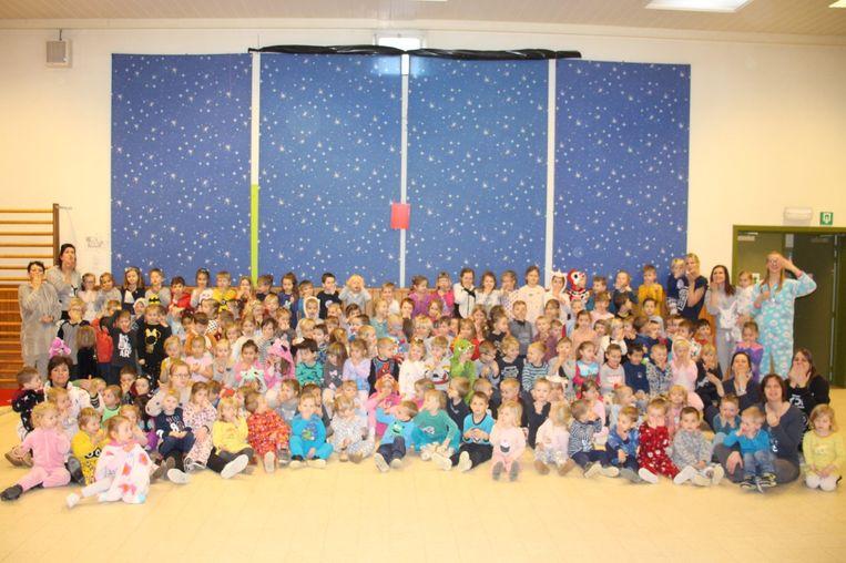De kleuters en juffen van Kleuterschool De Luchtballon in hun pyjama