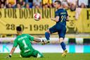Nick Olij voorkomt ternauwernood een doelpunt van Robert Mühren.
