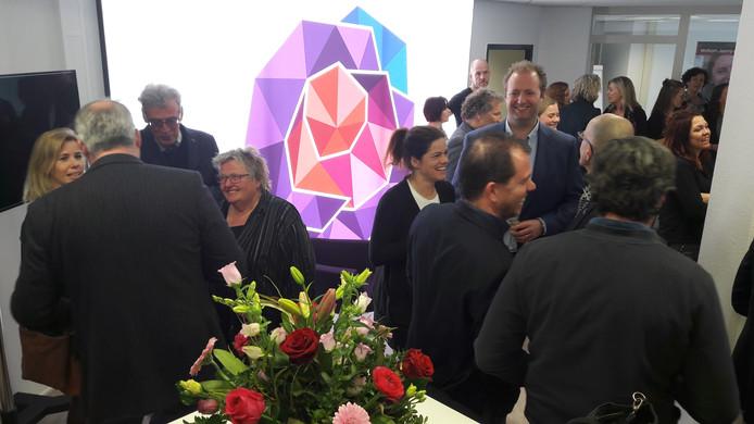 Bij de opening van het kantoor van Citymarketing Roosendaal aan de Markt was de nieuwe roos van de stad al te zien.