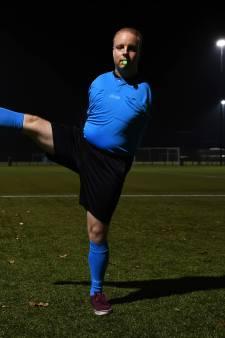 Emiel (26) uit Tilburg heeft geen armen, maar is wel scheidsrechter: 'Hele wedstrijd een fluit in mijn mond'