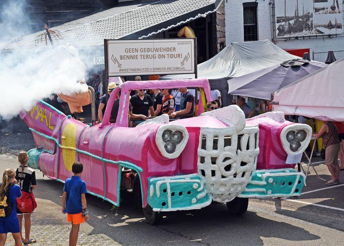 De roze barbiewagen zorgde voor veel rookontwikkeling.