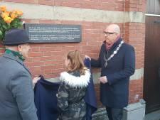 Herinneringsplaquette voor dertien vermoorde Sinti en Roma bij station Den Bosch onthuld