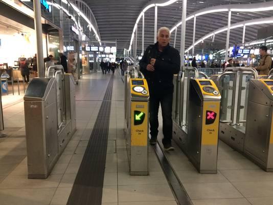 In de Stationshal zijn in de vroege ochtend nog een aantal poortjes 'gewoon' open.
