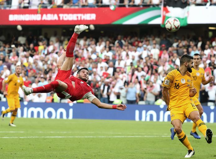 Yousaf Rawashdeh haalt de bal fraai uit de lucht. Rechts PSV'er Aziz Behich.