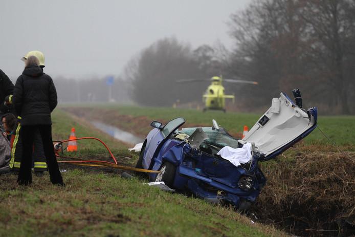 Bij een zwaar verkeersongeval op de N210 bij Lekkerkerk zijn twee mensen om het leven gekomen.