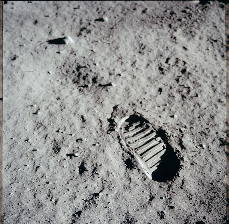 De voetstappen van de astronauten zijn nog steeds zichtbaar op de maan. Er waait op de maan geen wind die de voetsporen uitwissen. De voetsporen zullen nog jaren te zien zijn, net als spullen die de astronauten daar hebben achtergelaten. Ergo: geen complottheorie.  Beeld NASA