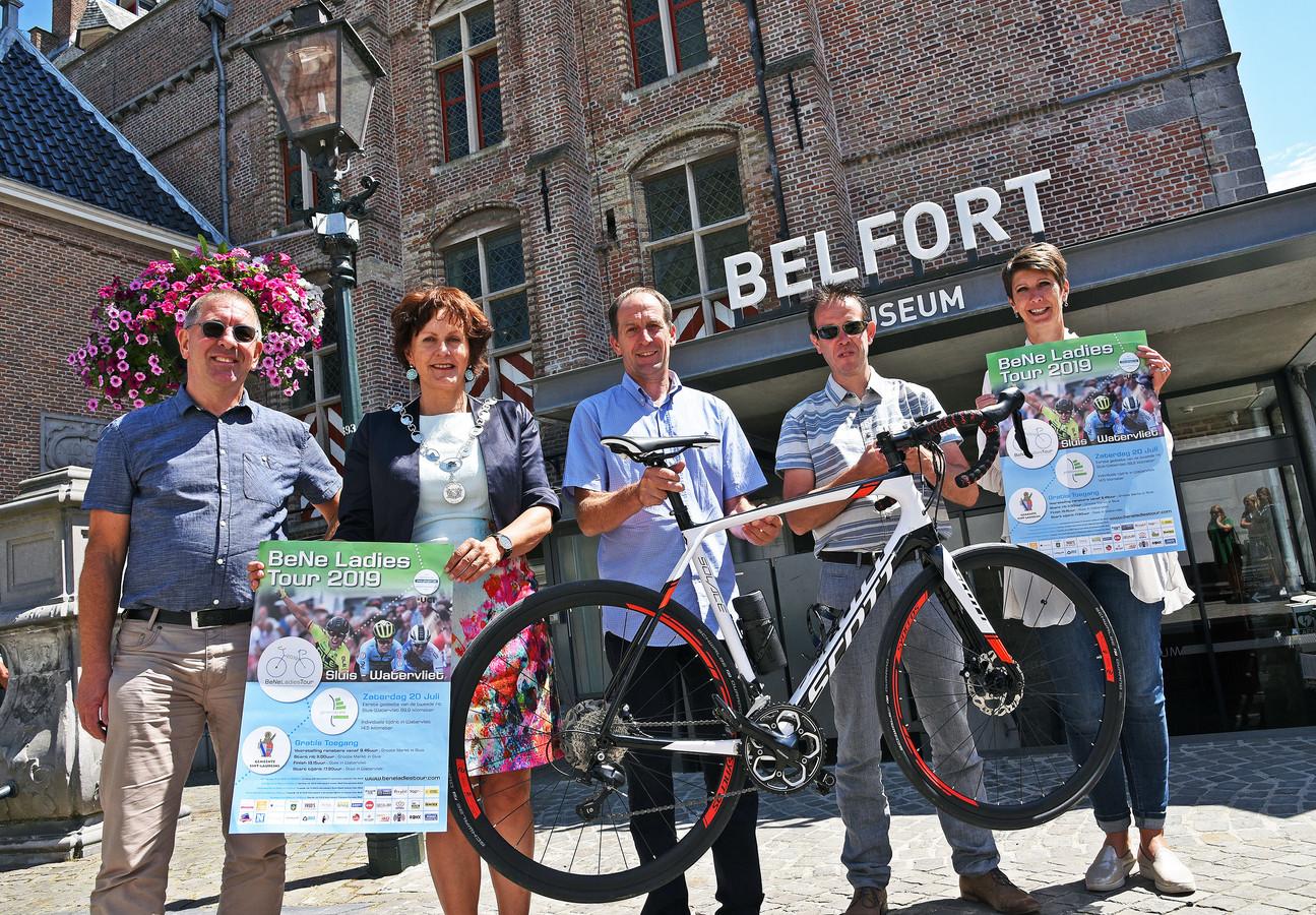 Sluis is klaar voor de BeNe Ladies Tour met (vlnr) Willy Schram (ambtenaar sport), burgemeester Marga Vermue, Bert van den Heede (logistiek) Joerie Devreese (koersdirecteur) en Josephine Bakker.