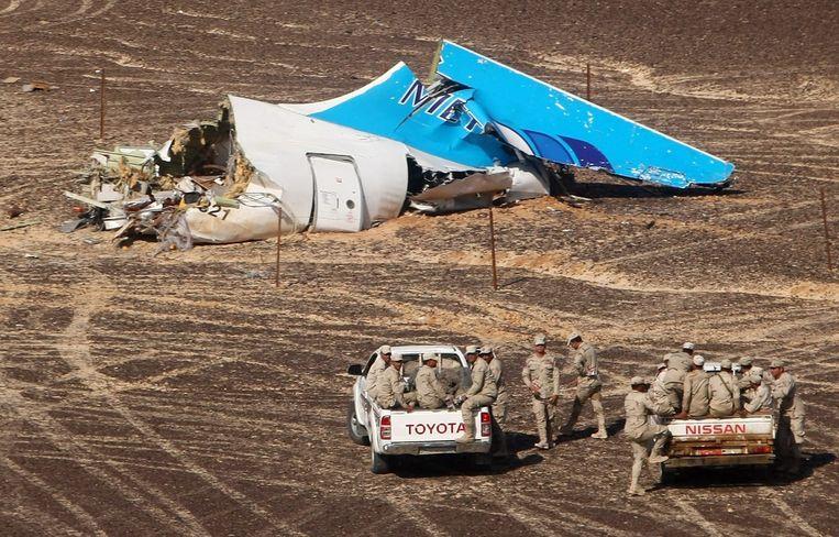 Egyptische militairen bij een van de brokstukken van de Russische Airbus. Beeld EPA