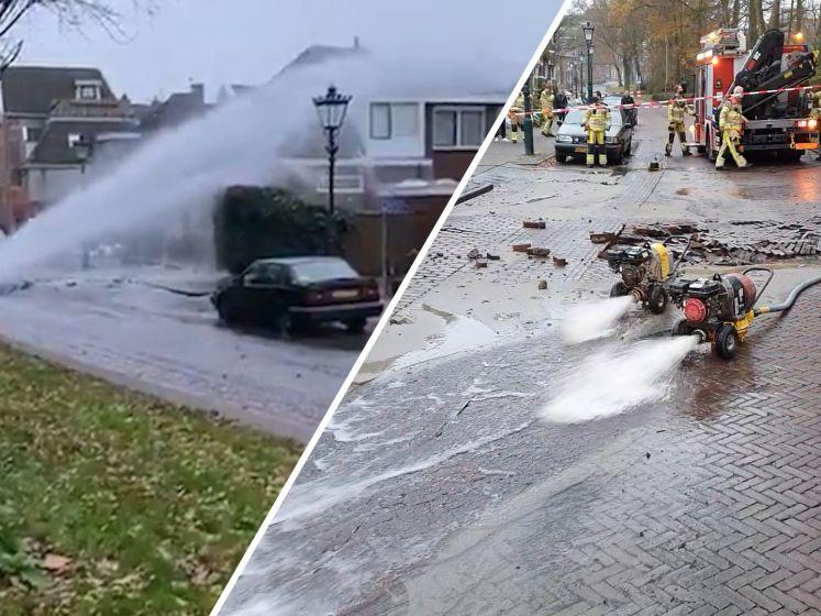 Leidingbreuk sproeit liters water over huizen