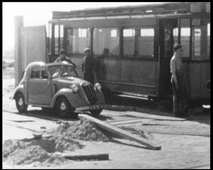 Twee oude tramstellen uit Rotterdam dienden bij de bouw van de nieuwe opslag tot tijdelijk kantoor.