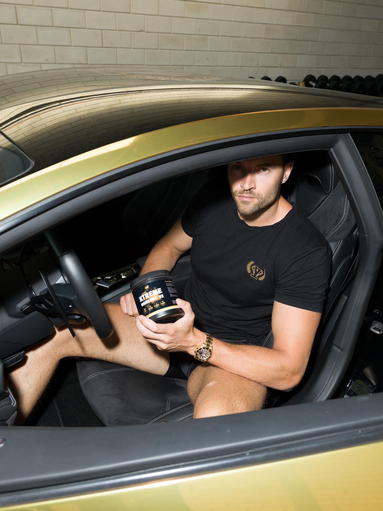 Joel Beukers in zijn Lamborghini.