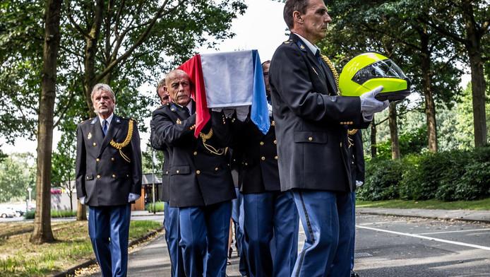 De helm en de kist met het lichaam van Ferry Bakx, de agent die op 17 augustus werd doodgeschoten op Bonaire, wordt met korpseer naar het crematorium aan de Karel Boddenweg in Tilburg gedragen © anp