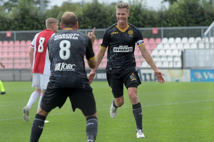 Niek Vossebelt en Kees Luijckx vieren een treffer tegen het weerloze Jong Ajax.
