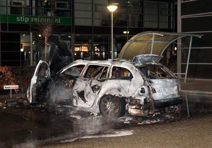 De uitgebrande auto die na de liquidatie in Kerkdriel door de schutters in hun vlucht is gebruikt. De auto werd teruggevonden in Zaltbommel.