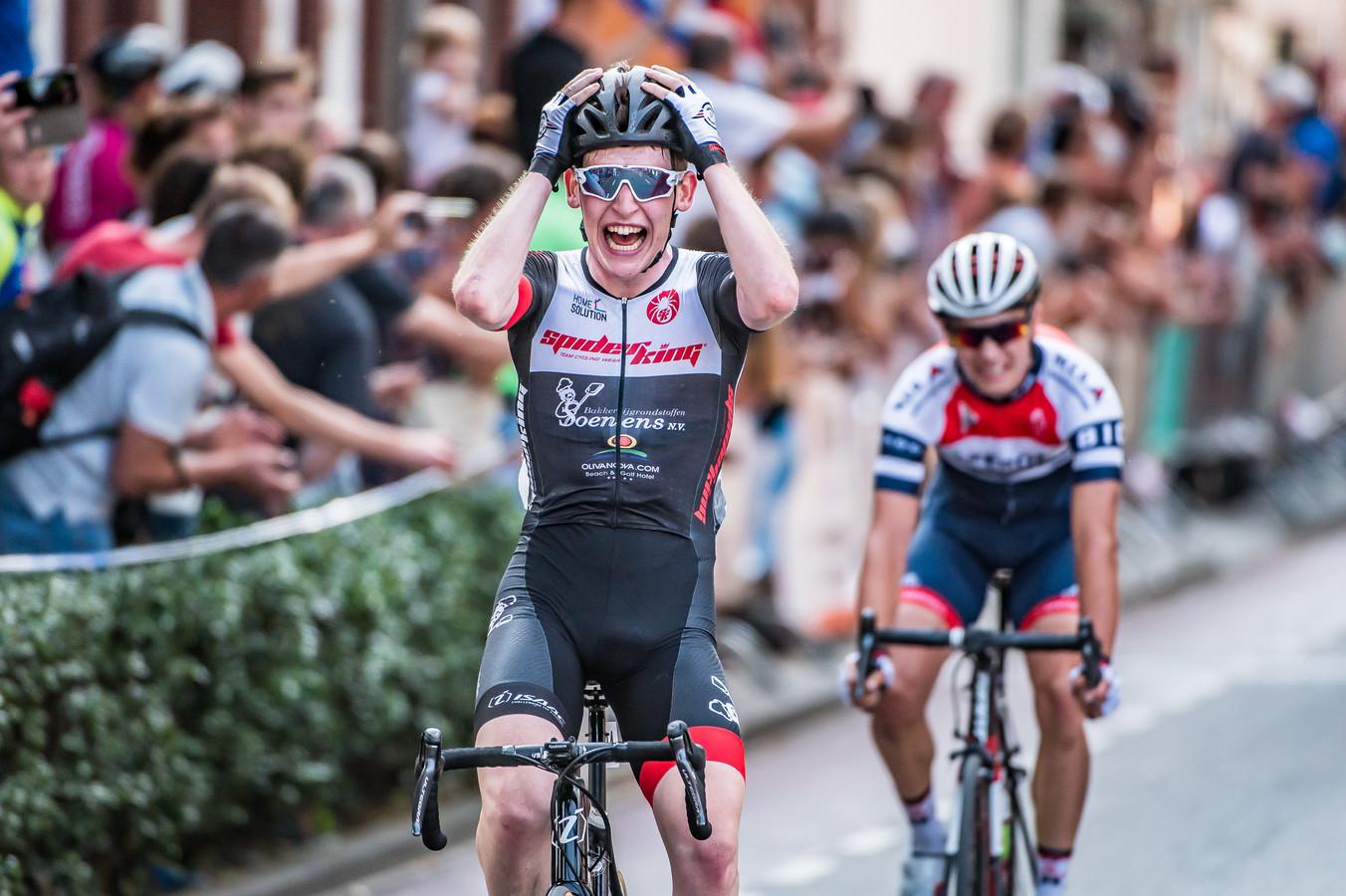 Een geëmotioneerde Axel van der Tuuk klopt Hidde van Veenendaal in de sprint om de nationale juniorentitel.