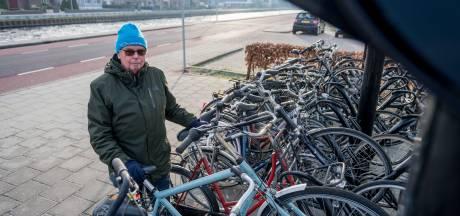 Bizar: niemand mag iets doen aan weesfietsen op stations in Twenterand
