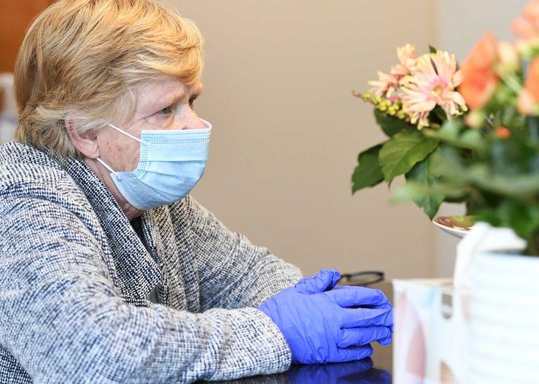 Een vrouw bezoekt haar man in verpleeghuis Honinghoeve van Stichting Waalboog.  Beeld ANP
