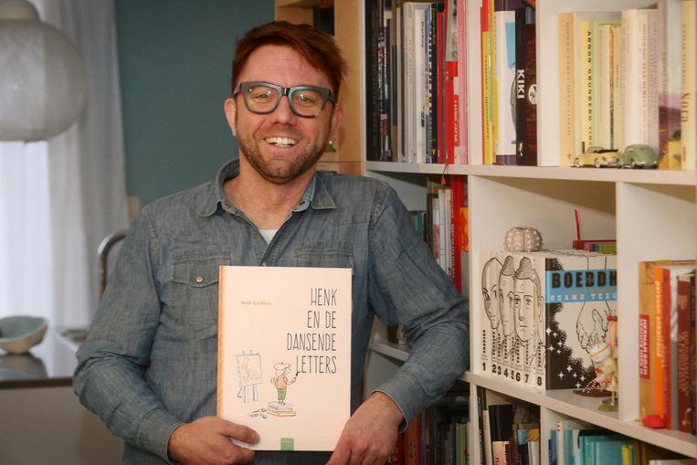 Illustrator Henk Linskens met zijn debuutboek 'Henk en de Dansende Letters'.