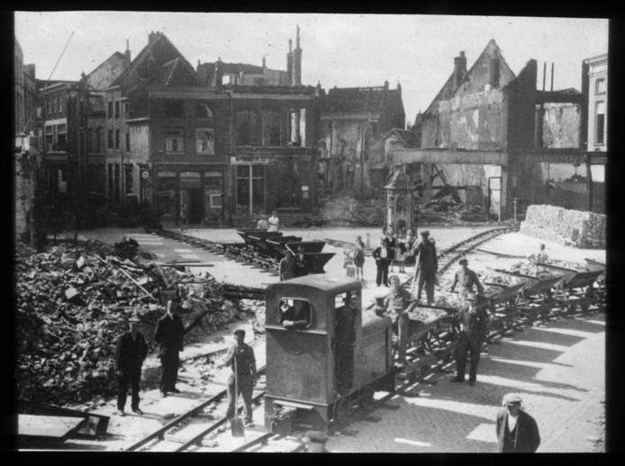 De Puinexpres in het centrum van een verwoest Tiel, 1945.