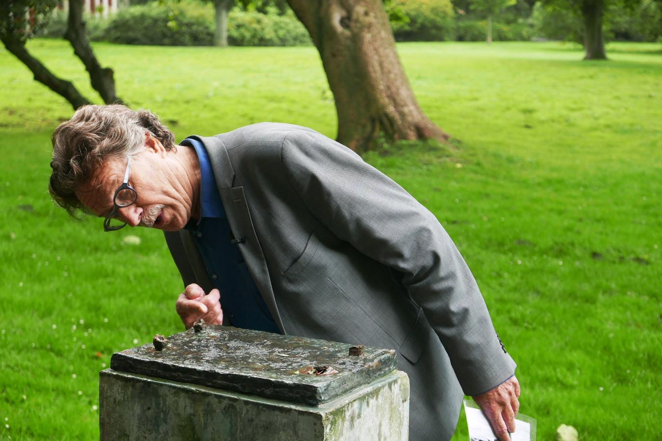 Piet Vernimmen laat zien hoe een bronzen beeld van Bram Roth spoorloos verdween.