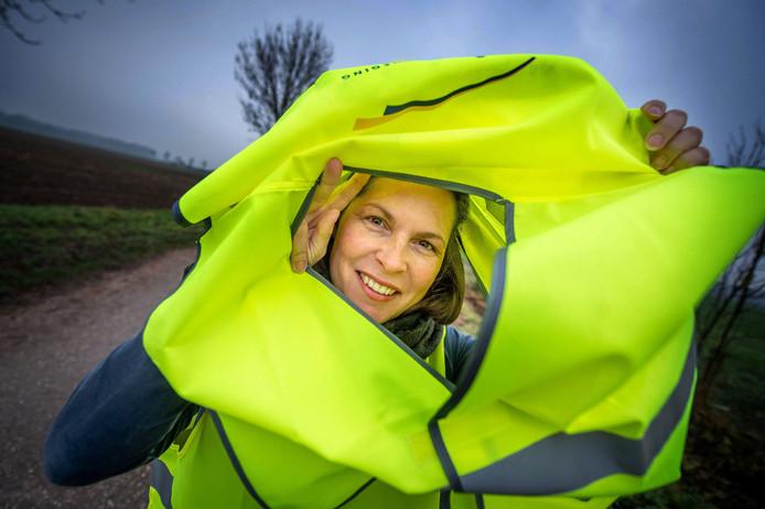 Annemarie Gooiker-Loeffen verzamelt lichtgevende hesjes in voor mensen uit een ander land die hier komen werken.