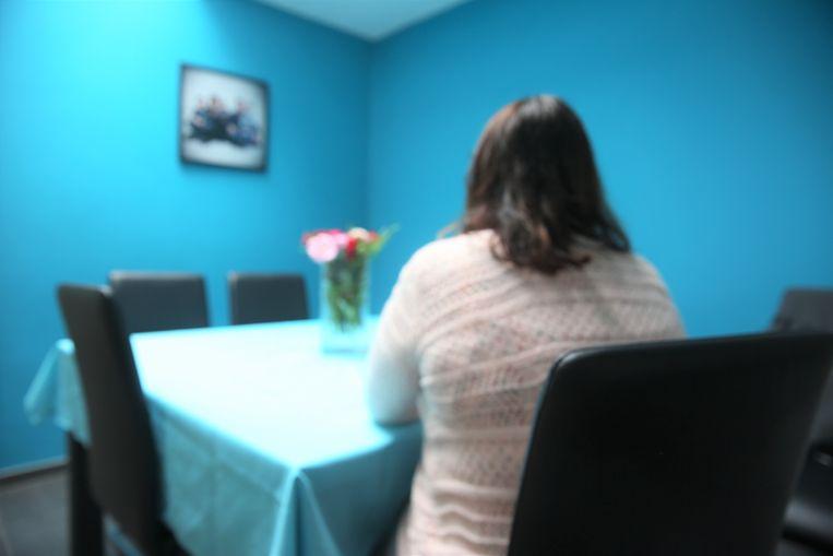 Virginie, die niet herkenbaar op de foto wou, is stilaan de wanhoop nabij omdat ze haar zoon, die lijdt aan autismespectrumstoornis, niet kan dwingen om zich langer te laten behandelen.
