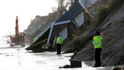 """""""Vijf uur geleden had ik nog negen meter tuin,  nu is hij weg"""": huizen storten in zee door afbrokkelende kust in Engeland"""