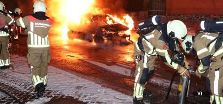 Buurtbewoners zien autobrand in Waalwijk maar kunnen niet voorkomen dat voertuig in vlammen opgaat