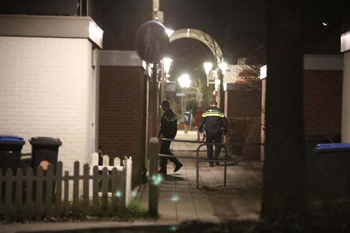 De politie doet onderzoek na de woningoverval aan de Vlissingenhof in de Arnhemse wijk De Laar.