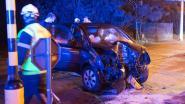 Auto rijdt tegen verlichtingspaal