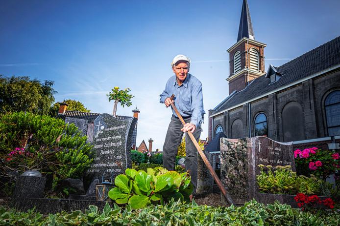 Peter Zuijderwijk is niet in een pensioneringsgat getuimeld. Zo onderhoudt hij de begraafplaats bij de Monsterse Machutuskerk.