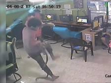 Slang jaagt bezoekers internetcafé de stuipen op het lijf