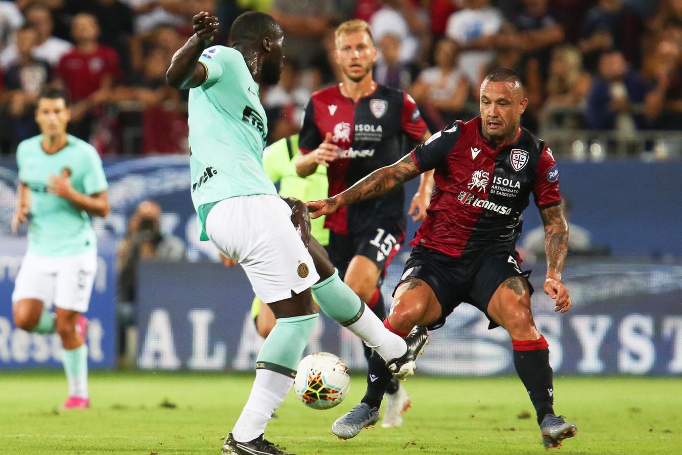 Romelu Lukaku in actie tegen Cagliari. Radja Nainggolan ziet toe hoe Lukaku de bal mist.