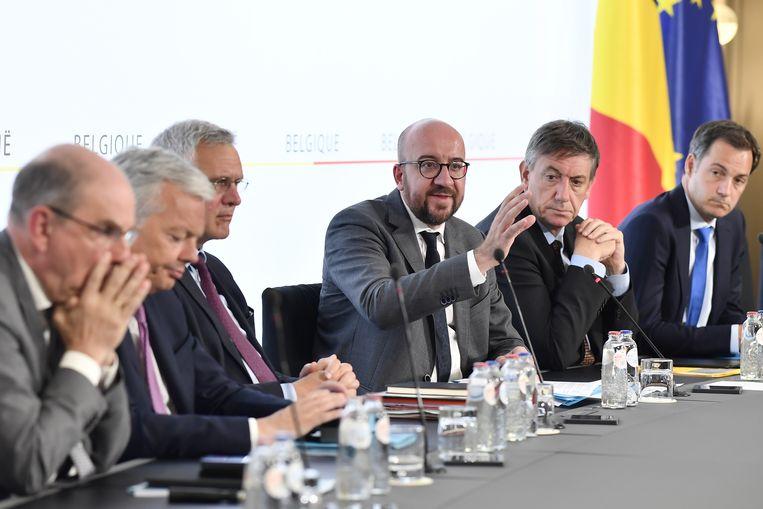 Premier Michel (m.) en zijn regeringsploeg.