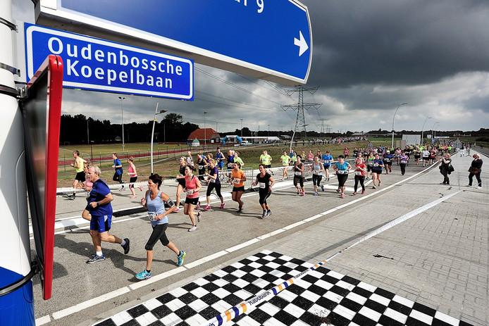 opening rondweg. wegwedstrijd van 5 en 10 kilometer over de nieuwe rondweg de oudenbosche koepelbaan foto peter van trijen - pix4profs