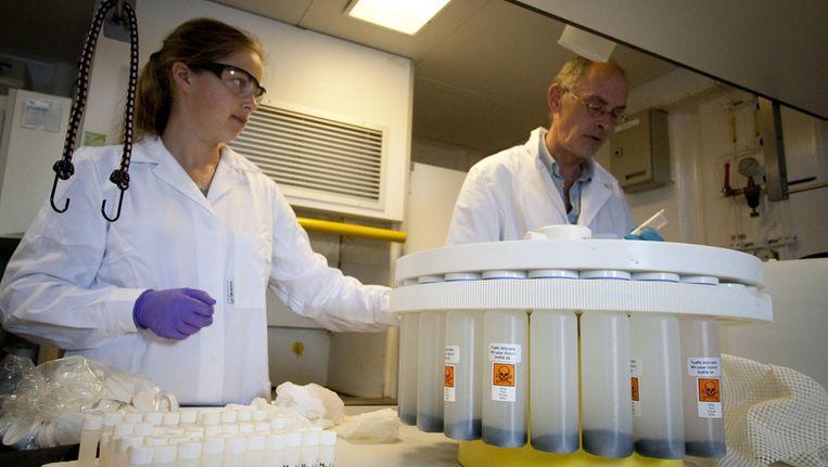 Het voorbereiden van gifflesjes om de samenstelling van lankton vast te leggen Beeld Ronald Veldhuizen