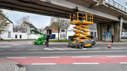 Nieuwe netten tegen duiven onder spoorwegbrug